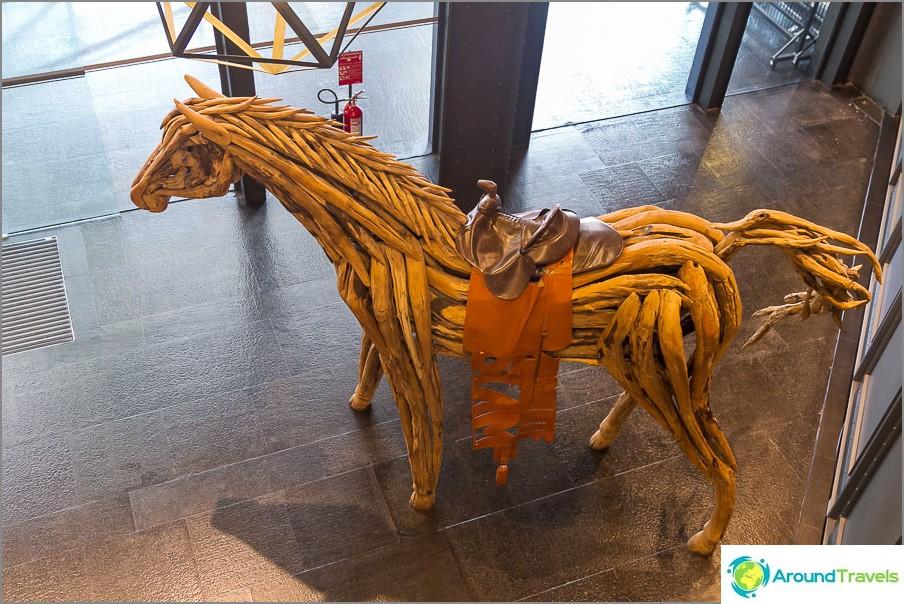 Hevonen ei ole tehty vahasta ja seisoo vain ostoskeskuksessa, mutta piti siitä erittäin