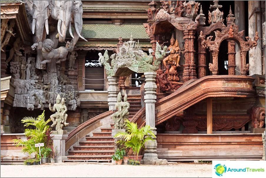 Yksi portaista temppeliin