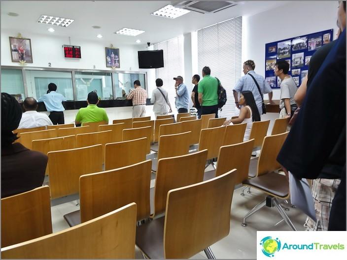 Thaimaan konsulaatin sisällä - odottaa jonossa