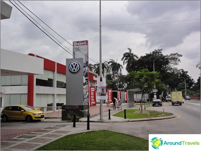Volkswagen ja Rozel Salon Thaimaan konsulaatin edessä