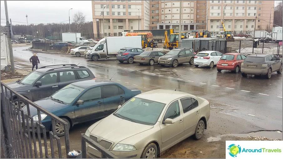 Pysäköinti liikennepoliisin lähellä Varsovan moottoritiellä 170D