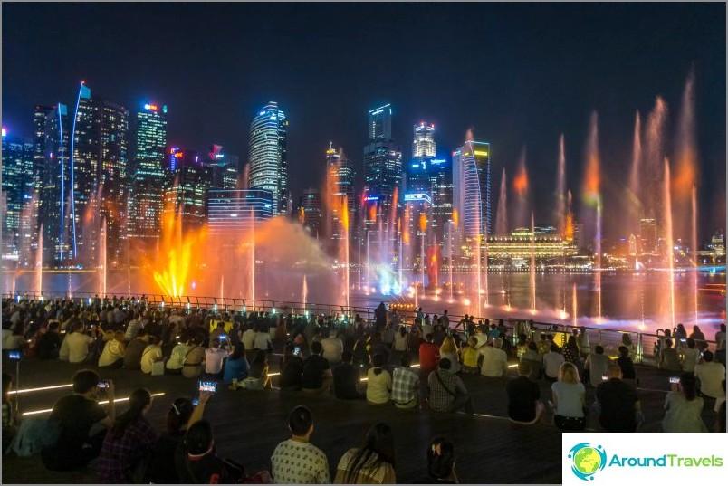Lasernäyttö Singaporessa lähellä Marina Bay - suihkulähteet, laserit ja valo