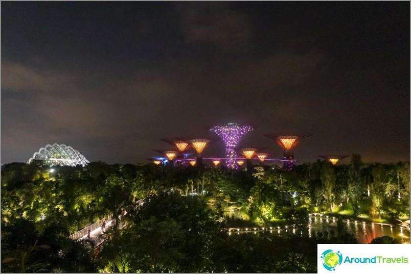 Näkymä ostoskeskukseen johtavalta silnalta Marina Bay -hotellin kautta