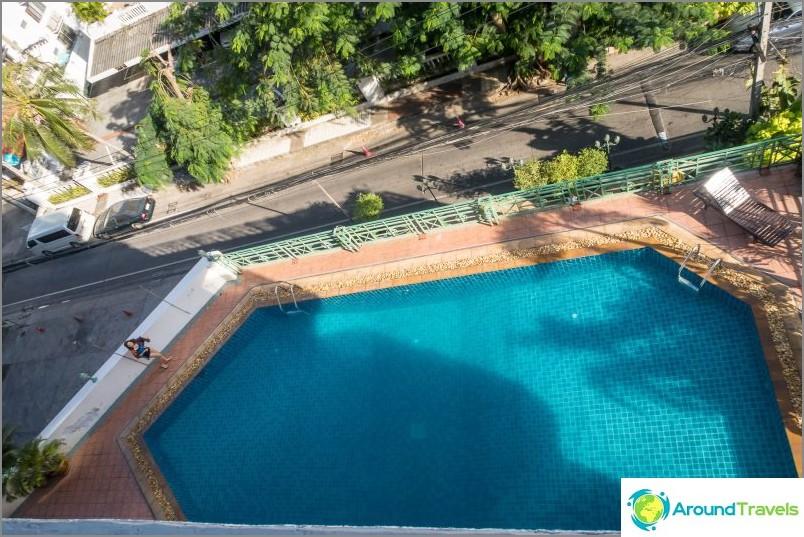 Näkymä parvekkeelta alas uima-altaalle