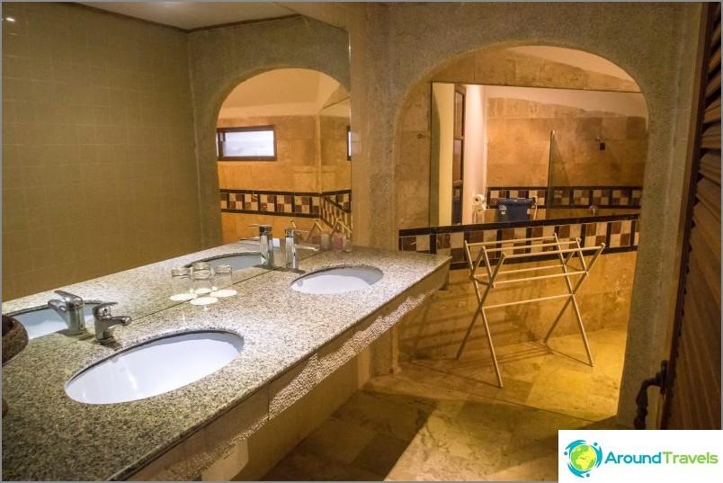 Erittäin suuri kylpyhuone