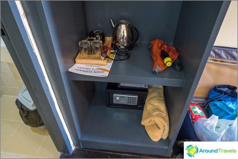 Es gibt einen Safe, einen Wasserkocher und einen Kühlschrank
