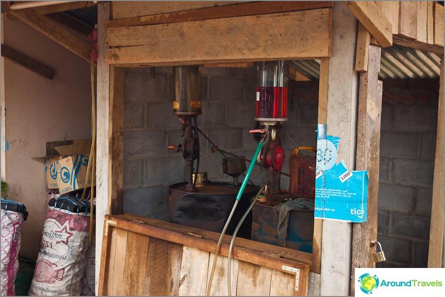 Модерна бензиностанция в Лаос