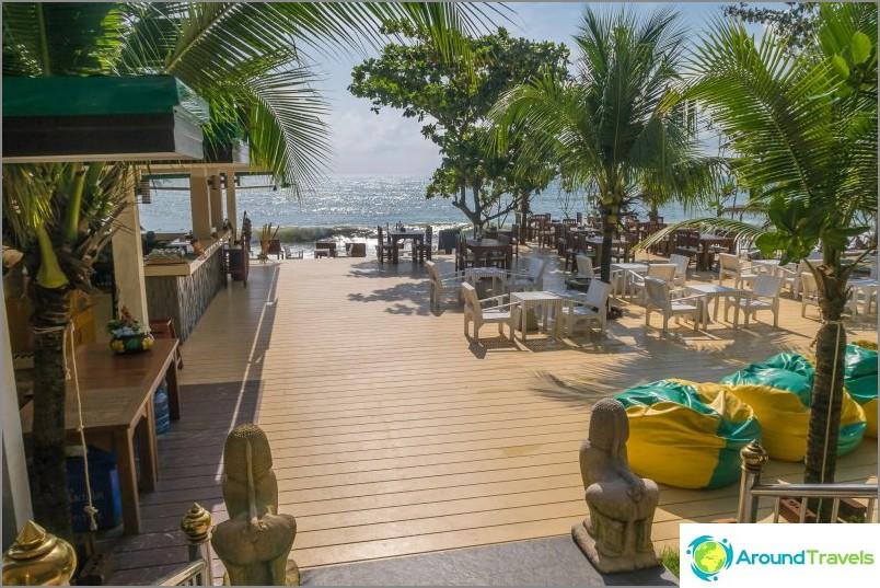Du restaurant, vous pouvez descendre au bar de la plage