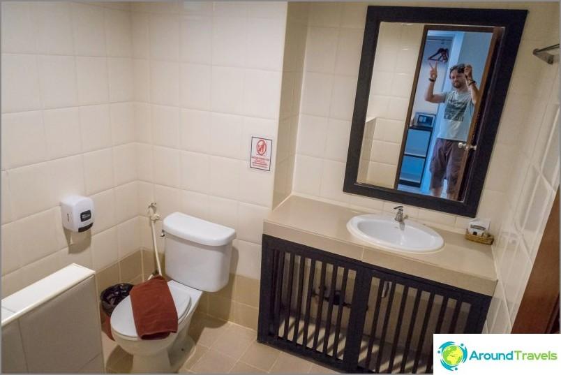 Kylpyhuone on thaimaalainen, tyypillinen
