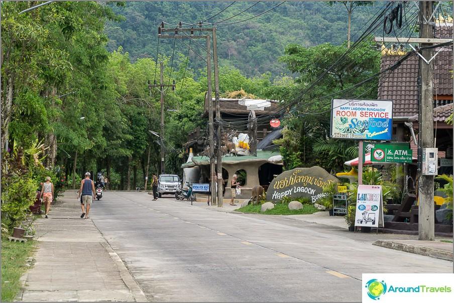 Изобилие от зеленина на места, улица Нанг Тонг