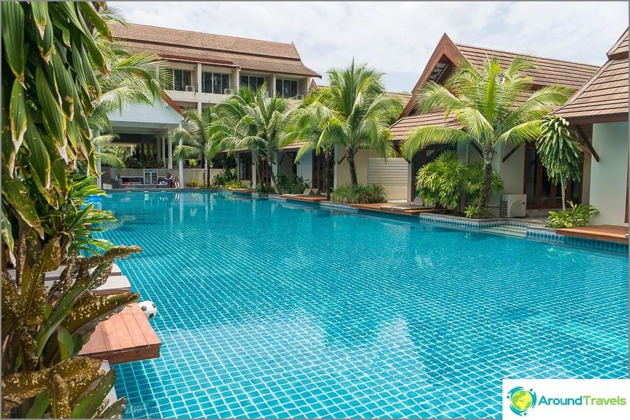 Suurin osa hotellista on uima-altaan vieressä.
