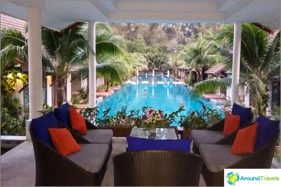 Hotelli uima-altaalla Phuketissa