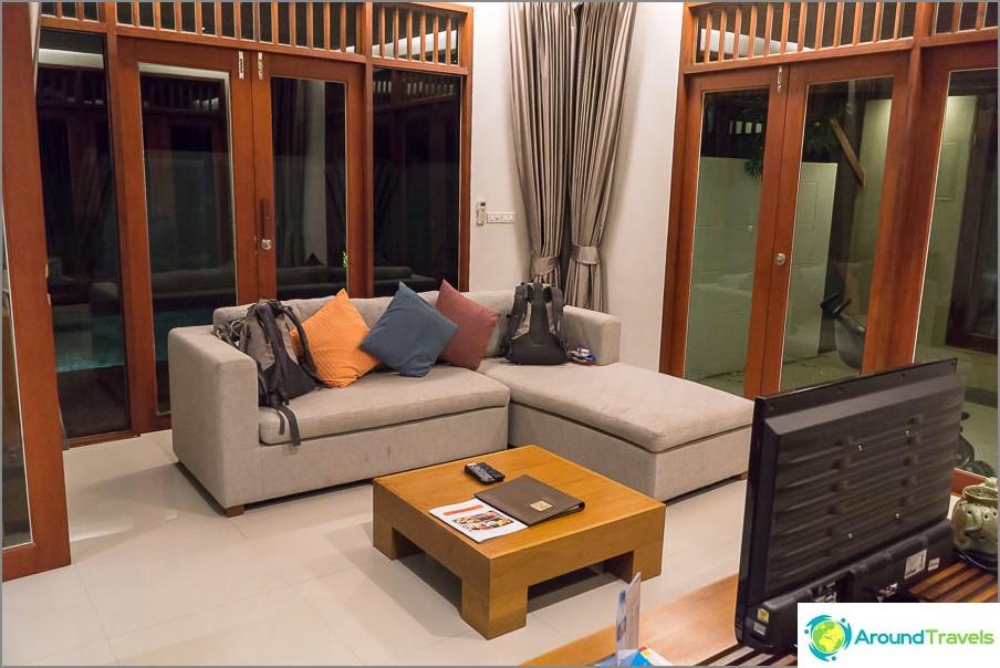 Tilava olohuone, jossa sohva ja TV