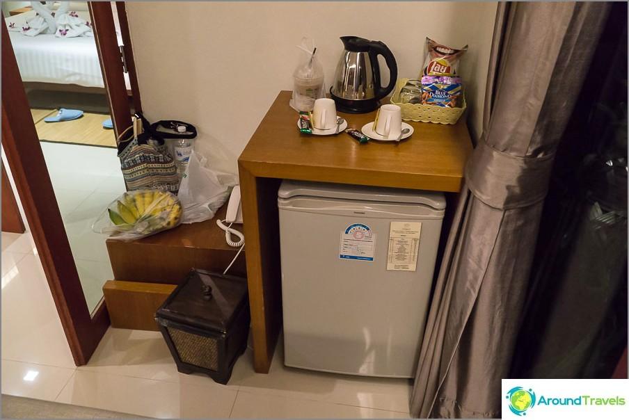 Keittiötä ei ole, on vain vedenkeitin ja jääkaappi