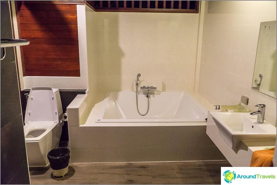 Valtava kylpyhuone ja erillinen suihku