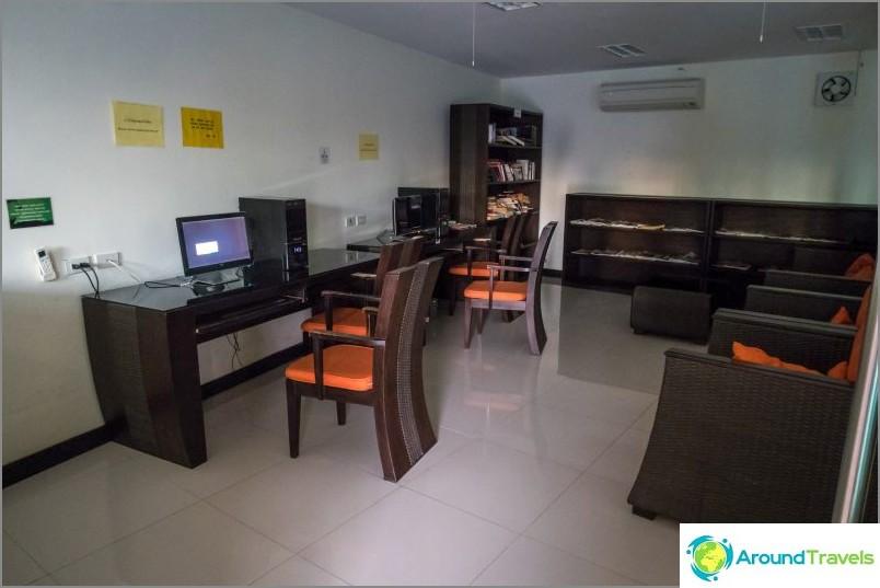 Huone, jossa tietokoneet ja internet