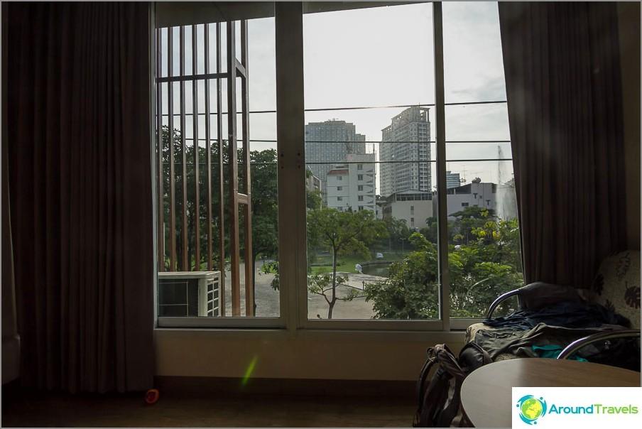 Ikkunanäkymä Santiphap-puistoon