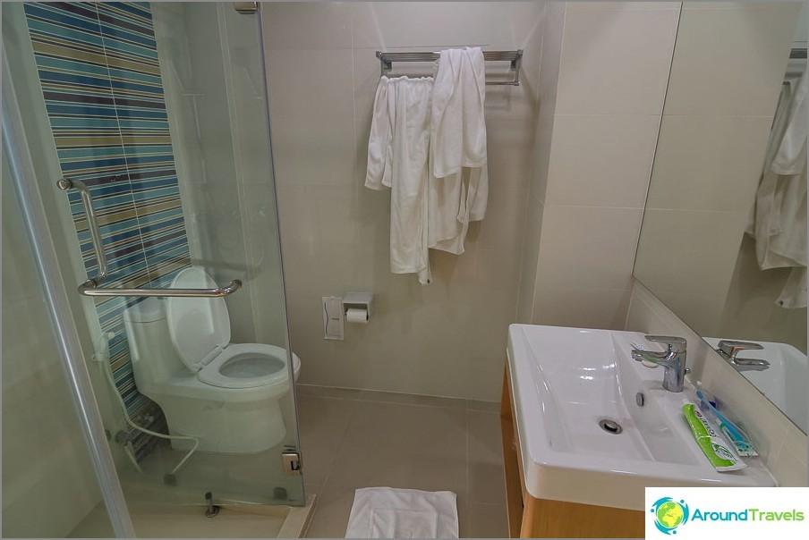 Puhdas ja moderni kylpyhuone