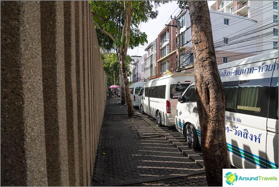 Hotellin tien varrella on minibussipysäköinti
