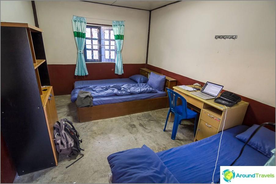 Вътре в стаята има две легла