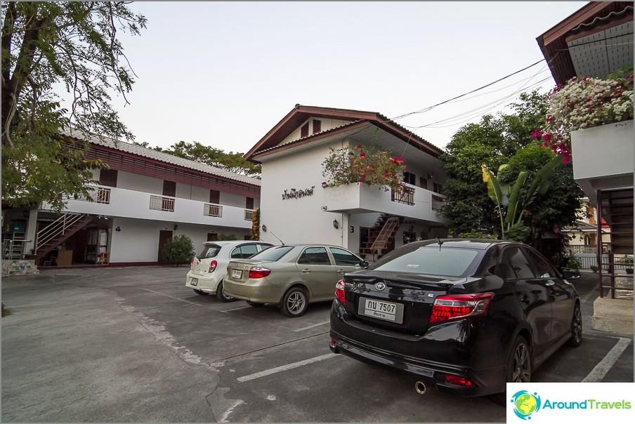 Паркиране от къща за гости Baan Nukanong
