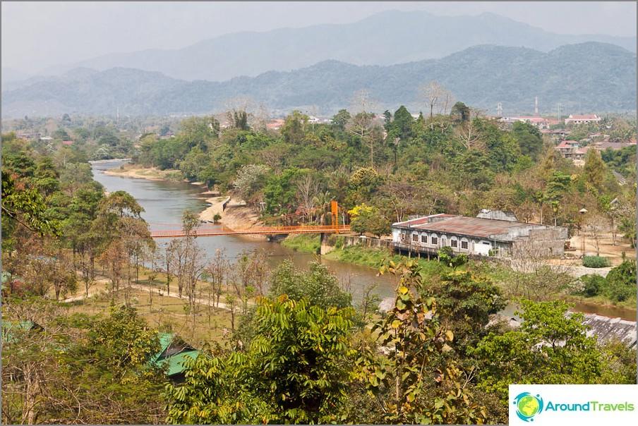 Näkymä Tham Changin luolan luolan huvimajaan