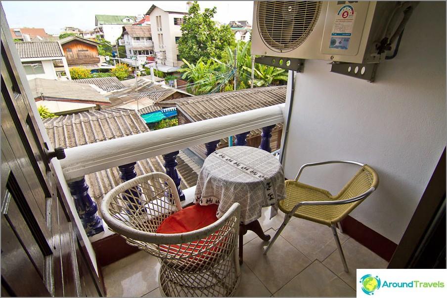 Доста сладък балкон, само външната климатична единица се намесва