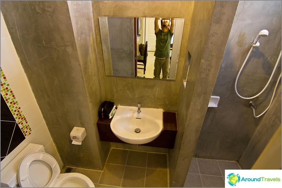 Klassinen kylpyhuone suihkulla