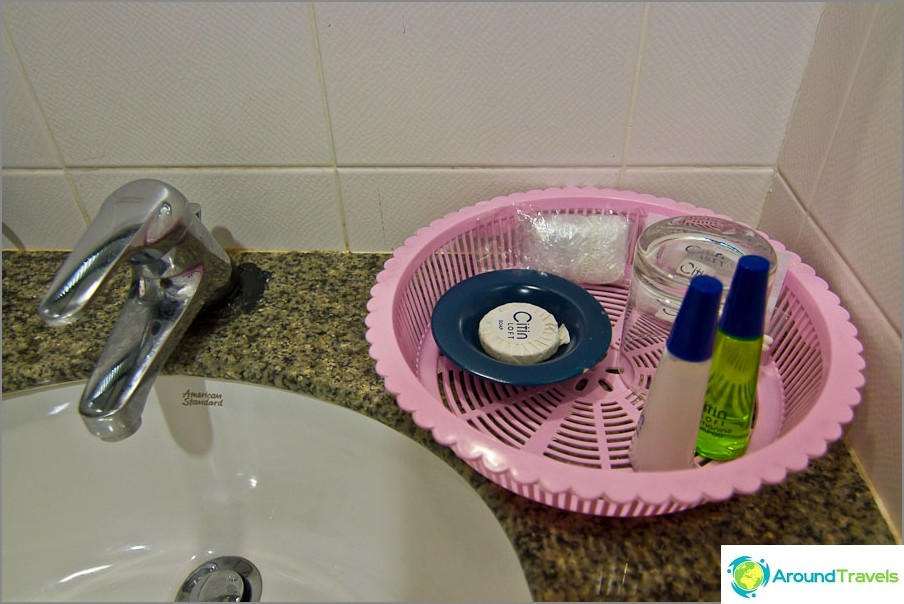 Saippua-astiat kylpyhuoneessa