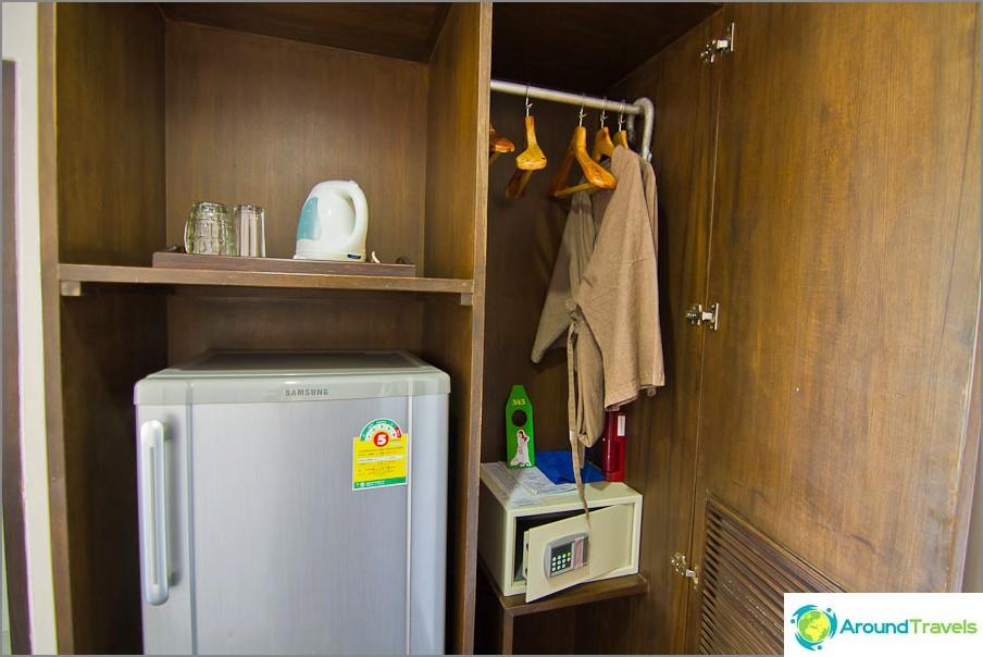 Jääkaappi, vedenkeitin ja vaatekaappi kaikenlaisilla asioilla