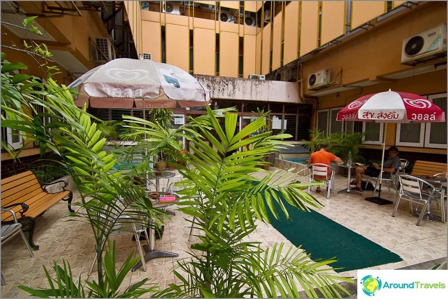 Sisäänkäynti Narorn Ping -hotelliin