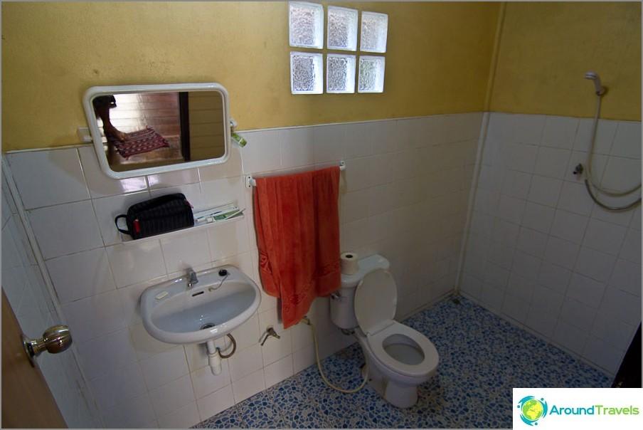 Vakiona kylpyhuone kuumalla vedellä
