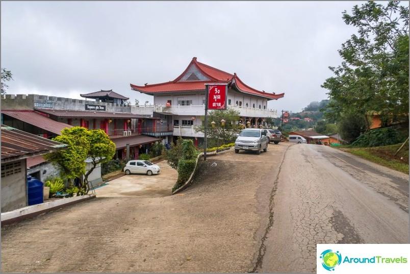 Vasemmalla on hotellin rakennus ja oikealla hotellin ravintola.