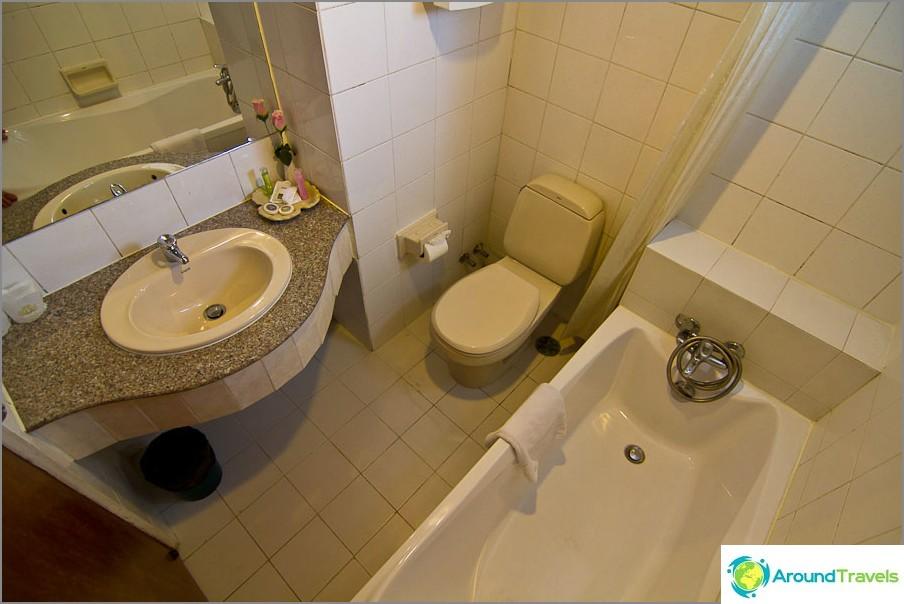 Täysi kylpyhuone kylpyammeella ja kuumalla vedellä