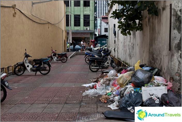 القليل من القمامة في الشارع