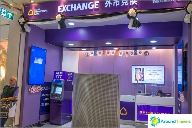 Dollarin pankkiautomaatti Suvarnabhumissa kauttakulkuvyöhykkeellä