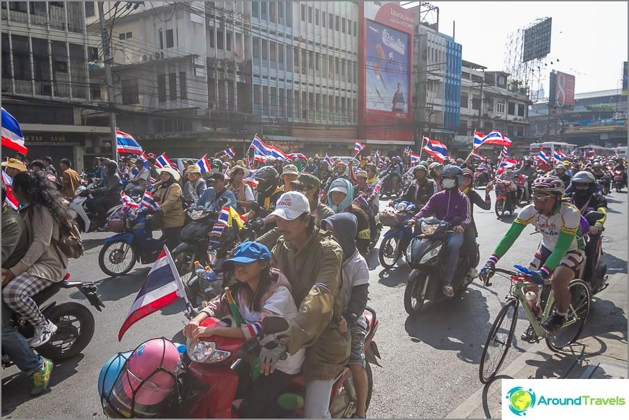 Con i bambini, in bici e in bicicletta, con bandiere e sorrisi sui loro volti