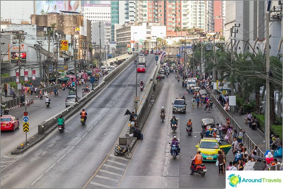 C'è una strada vicino a Pantip Plaza e una strada perpendicolare ad essa è occupata dai manifestanti