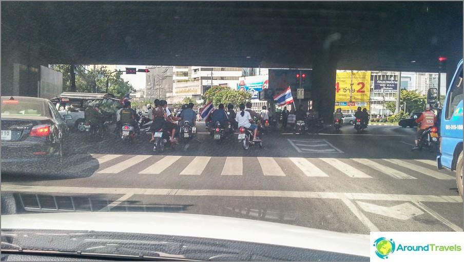 L'ora è rimasta nel traffico a causa dei manifestanti. Fecero il giro delle macchine, nessuno ruppe il vetro