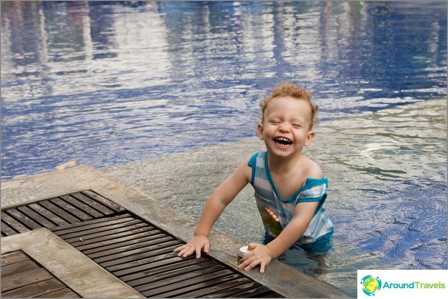 Tässä on poika Kambodžan uima-altaalla Siem Reapissa
