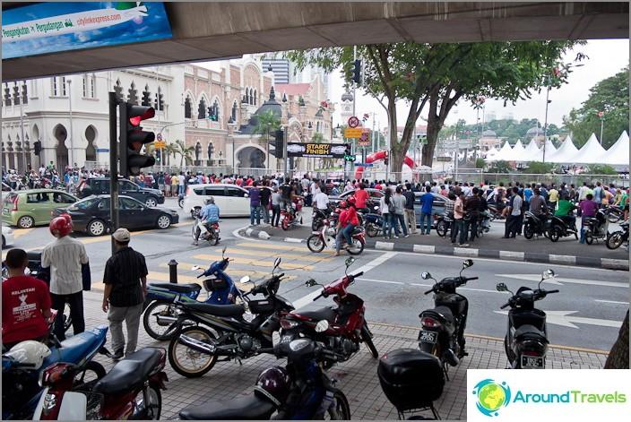 تجمع السباق في المدينة الجميع في مكان واحد