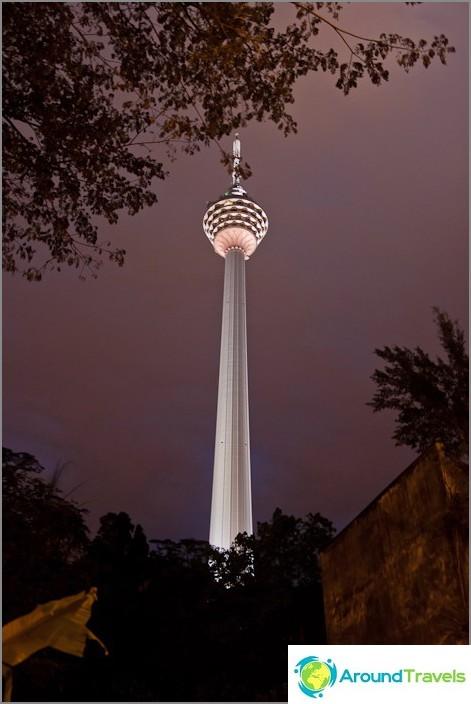 برج المنارة المضيء في المساء