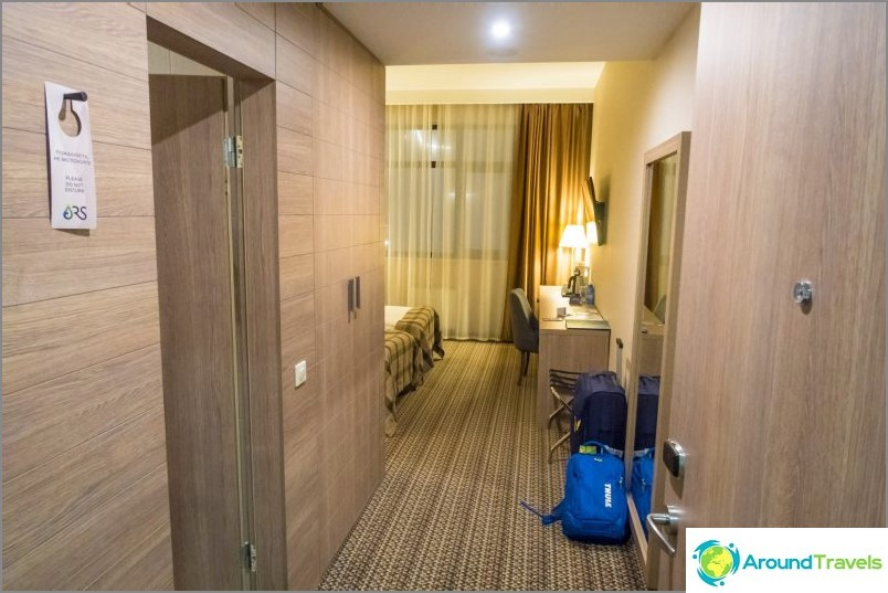 Näkymä etuovesta. Vasemmalla puolella on kylpyhuone.