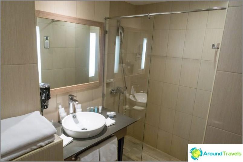 Suihkuhuone ilman ovea, joten lattia on yleensä märkä.