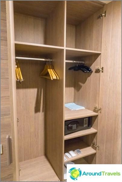 Kaapissa on kaikki tarvitsemasi, tossut ja ripustimet.