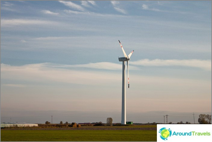 Jo Puolassa teiden varrella alkoi näkyä merkkejä kehittyneestä sivilisaatiosta - vaihtoehtoisista energialähteistä