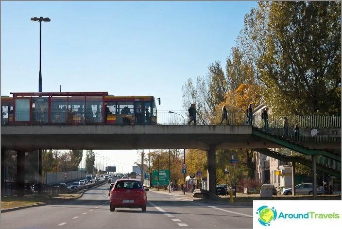 Puolassa pysähtyy aivan sillan päällä.