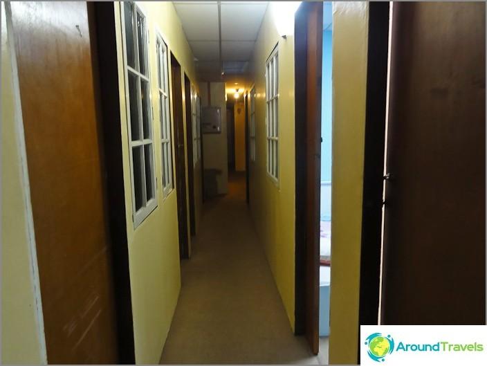 Kapeat käytävät ja osasto-ovet huoneisiin