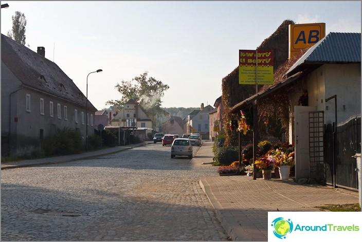 Ja tapahtuu, että Puolan pienissä kaupungeissa jalkakäytävät on vuorattu kivillä.