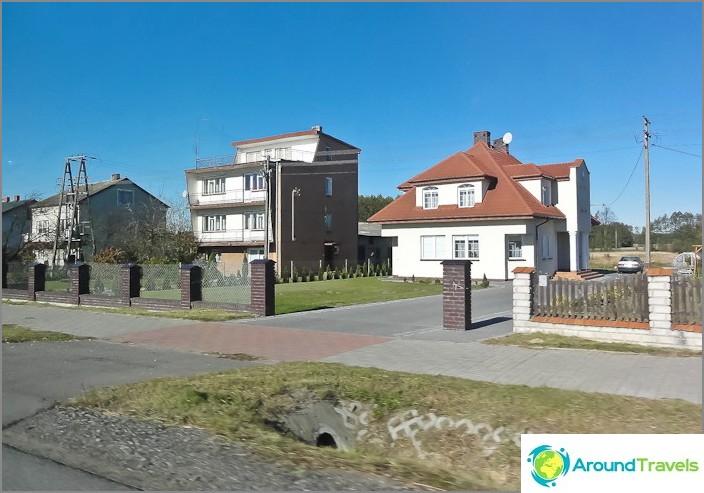 Puolan lähiöissä talot ovat pääosin siistit ja siistit.